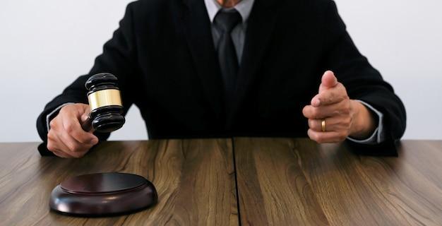 변호사 법률 고문은 망치 및 법률 법률과 서명한 계약을 고객에게 제시합니다. 정의와 변호사 비즈니스 파트너십 회의 개념입니다.