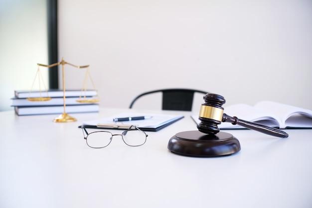弁護士法律顧問がクライアントに署名した契約書を提示する