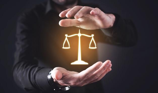 Юрист охраняет весы правосудия