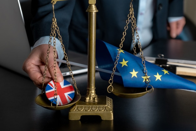 弁護士は、体重計に欧州連合旗と英国旗をジャケットアイコンに一緒に載せます。
