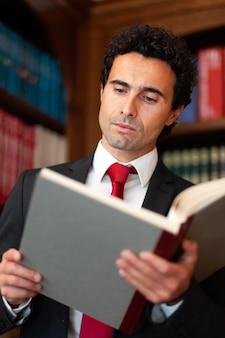 Юрист читает книгу в своей студии