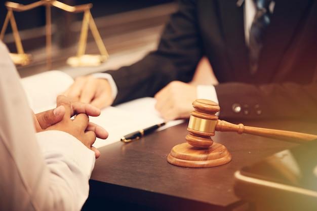 弁護士の話と決定の法律顧問は、クライアントに裁判官ガベルとの署名された契約を提示します