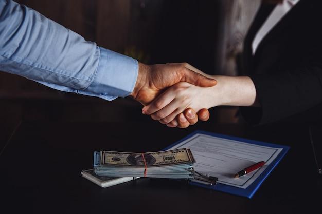 Юрист с клиентом, заключающим договор. завершение встречи.