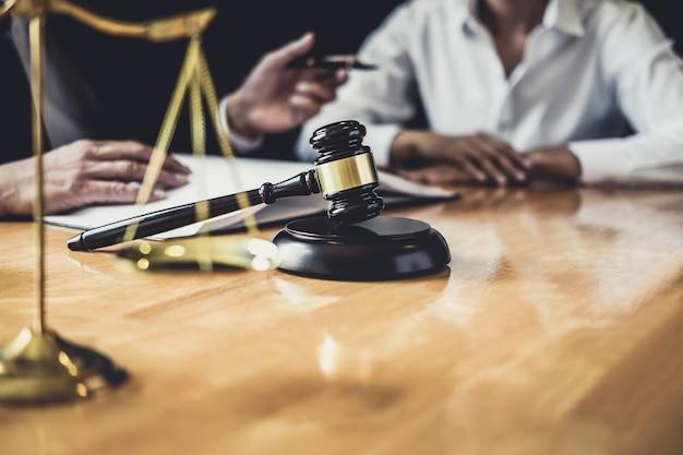 Адвокат, работающий в зале суда, встреча с клиентом, консультации с контрактными документами