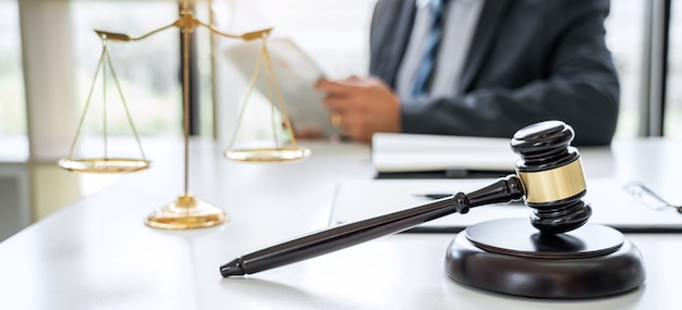 Адвокат, работающий над документами в зале суда