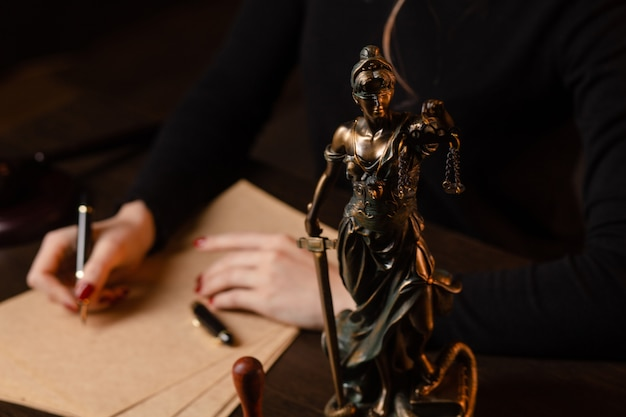 법정 정의 및 법률 변호사 법원 판사에서 tabel에 계약 서류 및 나무 망치로 일하는 변호사