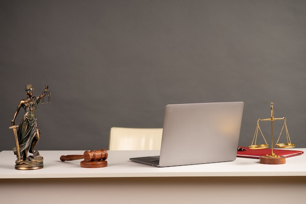 弁護士デスク裁判官のガベル木製テーブル