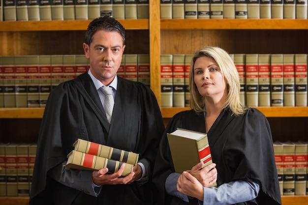 法律図書館で書籍を保管している弁護士