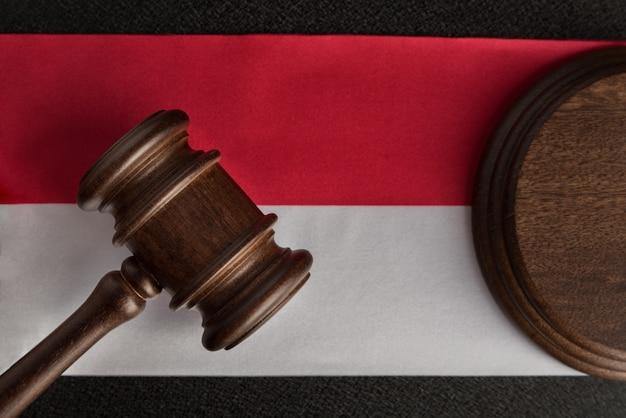 Адвокаты деревянный молоток против пространства польского флага. закройте закон и справедливость
