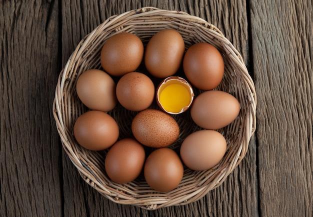 계란 나무 바닥에 나무 바구니에 누워.