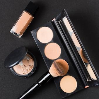 Lay out di cosmetici in colore beige
