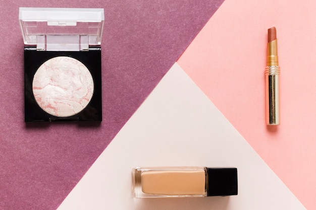 基本的なメイクアップ化粧品セットのレイアウト 無料写真