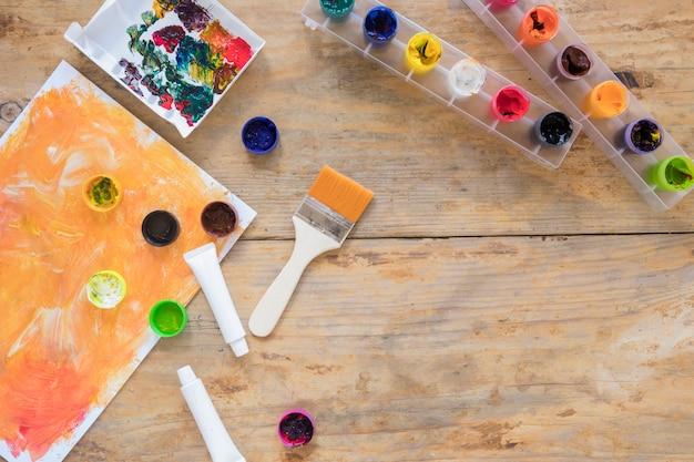 Выложите канцелярские вещи для изобразительного искусства