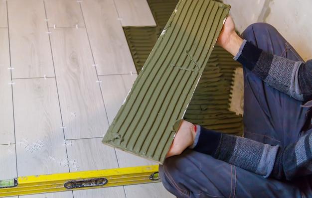 Уложите плитку на пол в доме. выборочный фокус.