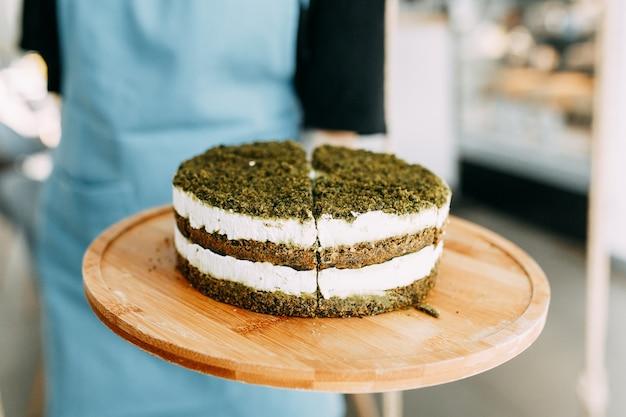 시금치와 크림을 얹은 레이어 케이크. 녹색 천연 시금치 케이크, 채식주의자.