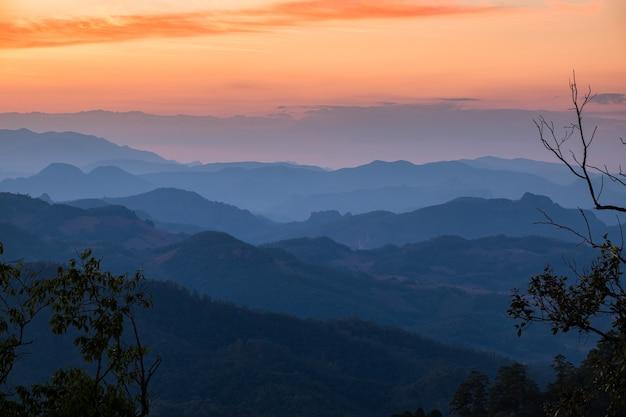 日没時にカラフルなレイヤー山、doi kiew lom、mae hong son、タイ