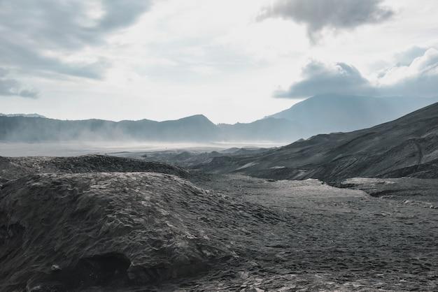 Слой вулканического пепла как песчаная земля вулкана маунт-бром