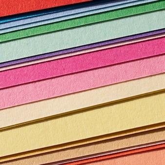Strati di carte colorate ad alta vista