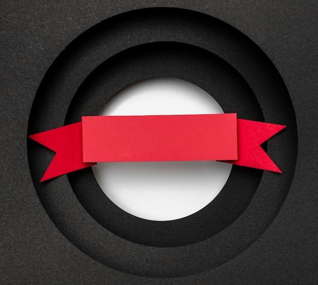 円形の黒い背景と赤いリボンのレイヤー