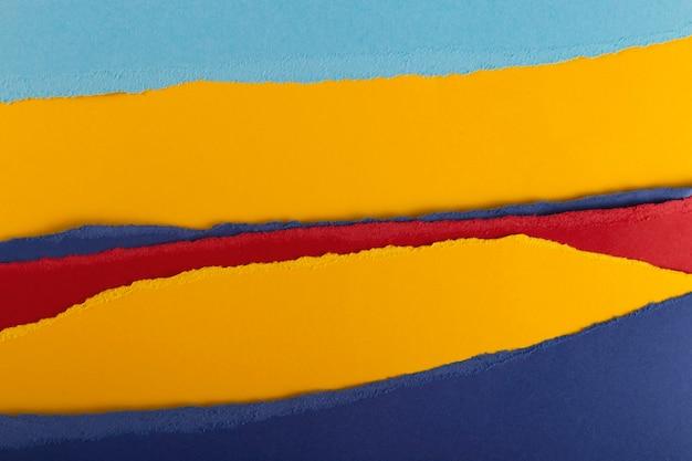 Слои разноцветных рваных текстурированных листов бумаги