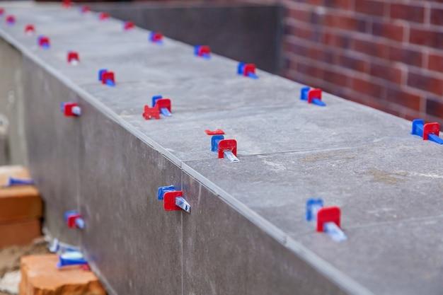 Укладка керамической плитки с системой выравнивания. новые инструменты выравнивания плитки