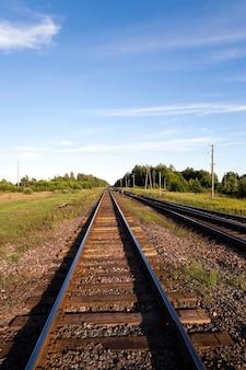 지상 레일 및 침목에 누워 작은 철도