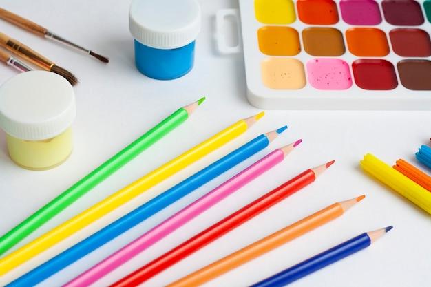 レイアウト図、絵の具、ブラシ、パレット、鉛筆、マーカー