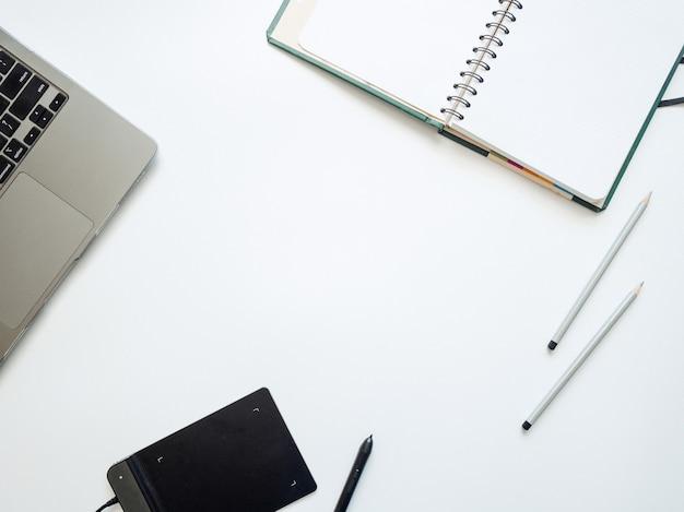 Макет для иллюстраторов, дизайнеров, художников, с ноутбуком, графическим планшетом, стилусом и блокнотом.