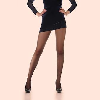 팬티 스타킹 포장 레이아웃. 얇은 스타킹의 긴 슬림 여성 다리.