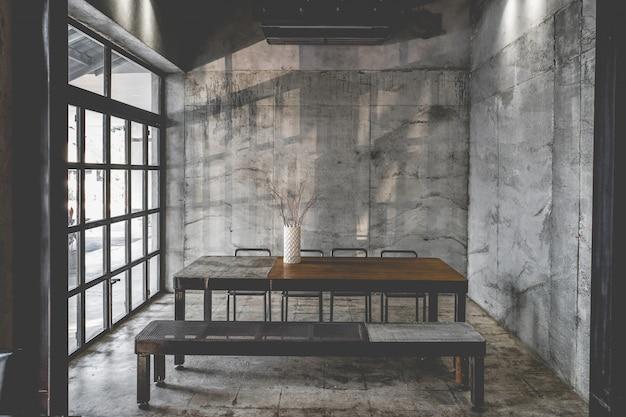 Планировка в стиле лофт в темных тонах, открытое пространство, внутренний вид, различные сорта кофе