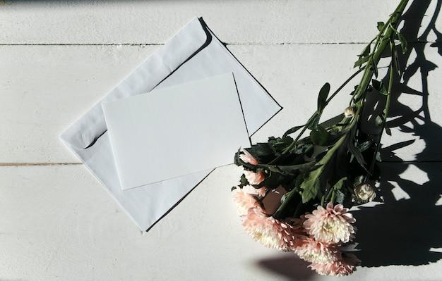 空のポストカードと花のレイアウト