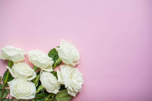 Макет из нежных белых роз на розовом фоне