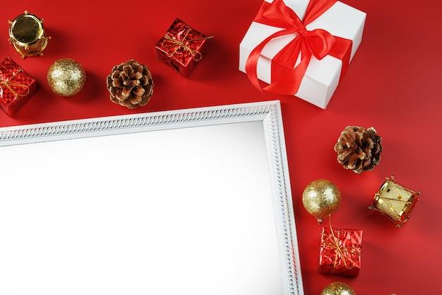 그들의 크리스마스 장식으로 붉은 벽에 여유 공간이있는 인사말 카드의 레이아웃.