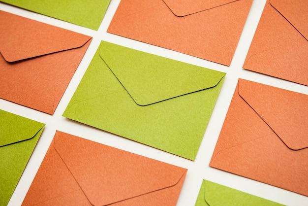 Макет разноцветных конвертов на столе