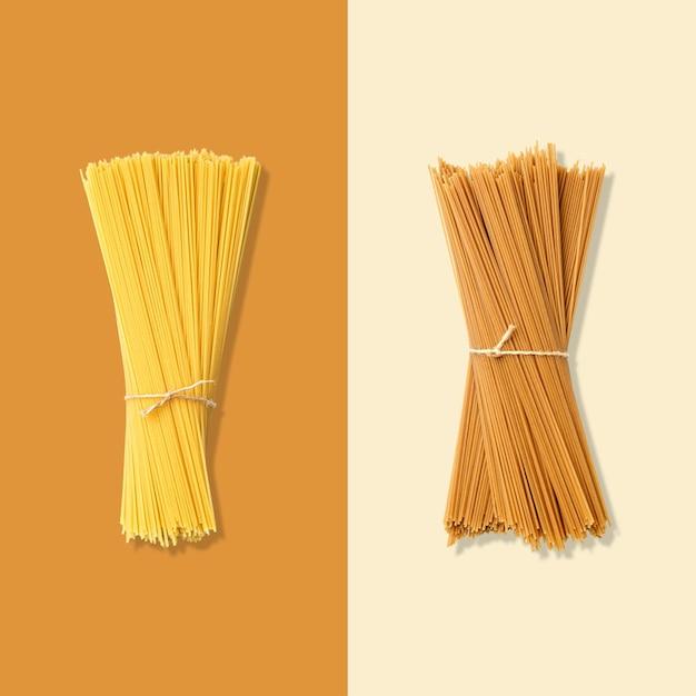 スパゲッティのレイアウト。創造的な食品のコンセプト。フラットレイ