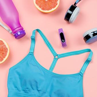 여성용 스포츠 의류 및 액세서리 레이아웃 - 스포츠 브래지어, 운동화, 헤드폰, 배경, 위쪽
