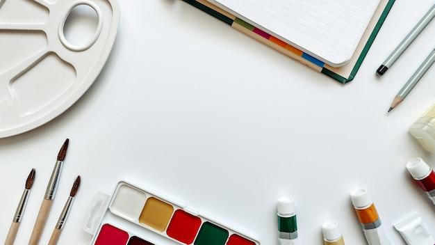 Разметка сфер деятельности, связанных с рисованием на белом фоне акварельными красками, масляными красками, карандашами, альбомами для рисования, кистями и палитрой. плоская планировка, вид сверху.