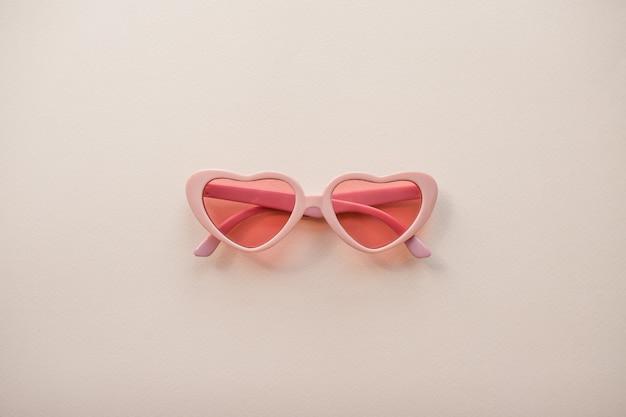하트의 형태로 레이아웃 핑크 안경