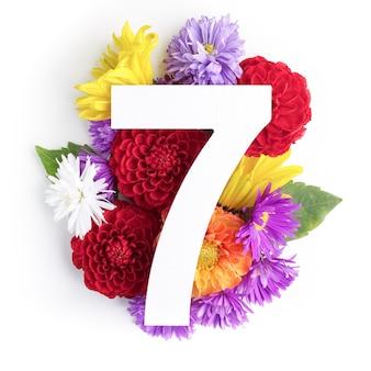 Макет с яркими цветами, листьями и номером семь. плоская планировка. вид сверху.