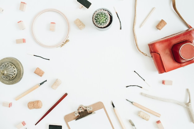Макет с копией пространства из ретро камеры, суккулент, инструменты для ручной работы, буфер обмена на белом