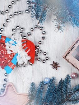 青い色調の新年とクリスマスの装飾とレイアウト