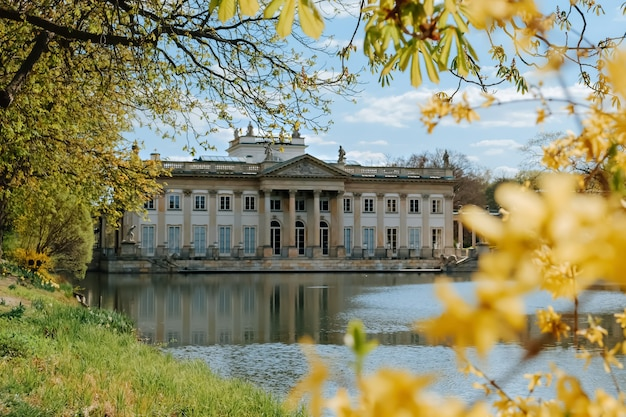 Королевский дворец лазенки весной в варшаве, польша
