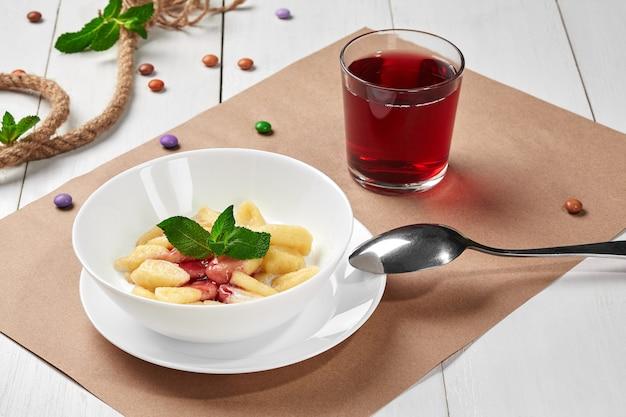 Ленивые творожные вареники с йогуртовым вареньем и фруктовым компотом