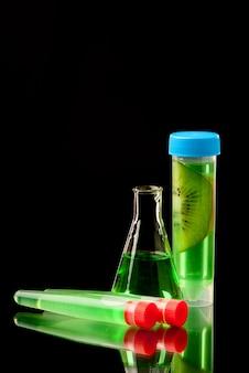 검은 배경에 과일 부품의 액체로 신청 된 lb 튜브.
