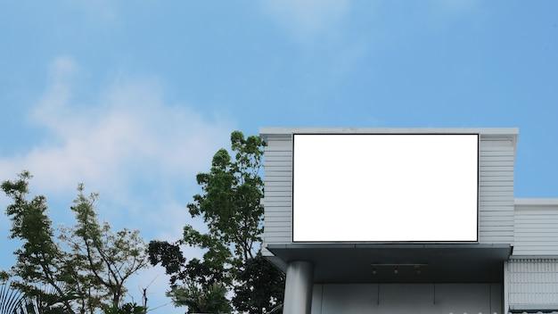 Пустой рекламный щит с рекламой lcd
