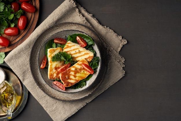 キプロス揚げハロウミチーズとヘルシーグリーンサラダ。 lchf、pegan、fodmap、paleo