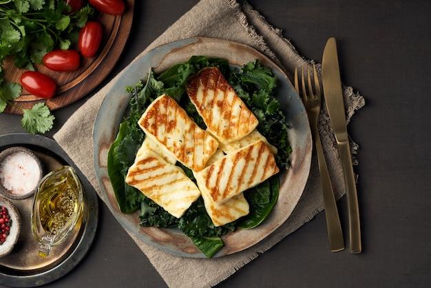 キプロス揚げハロウミチーズとヘルシーグリーンサラダ。 lchf、pegan、fodmap、