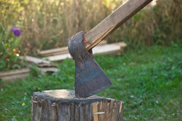 木の切り株の古い斧材木を切る準備ができている斧木工道具木を切る木材の斧
