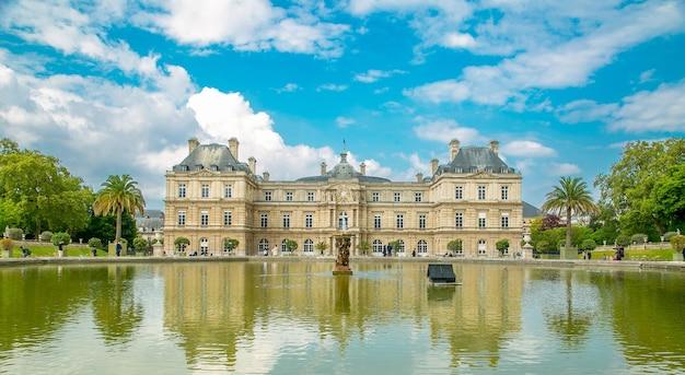 Le jardin du luxembourg место дворцового сада с голубым небом в париже, франция.