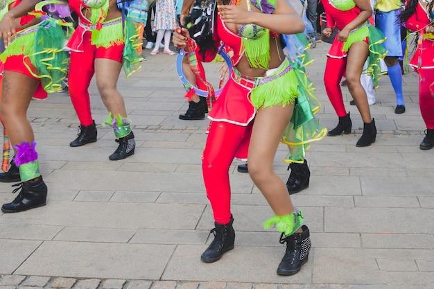 Ле-ман, франция, 22 апреля 2017 фестиваль европейского джаза карибские женщины танцуют в костюмах в центре города